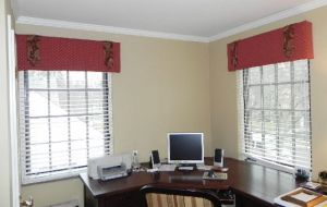 2 Faux Wood Blinds (2)